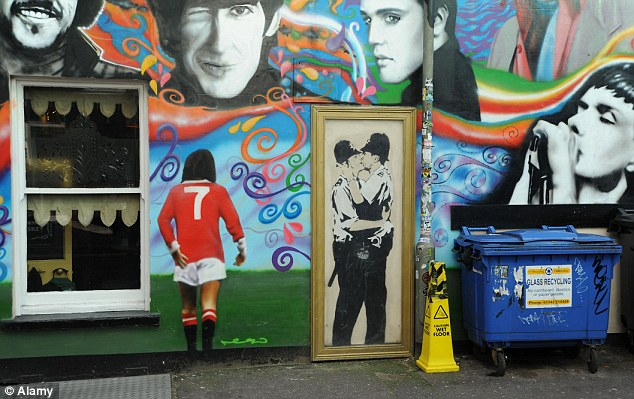 Le fameux Kissing Coppers de l'anonyme Banksy à Brighton - photo Dailymail