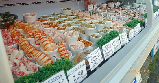 Les barquettes à emporter de fruits de mer de la plage de Brighton