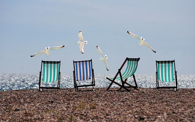 Les transats à bande colorées typiques de la plage de Brighton