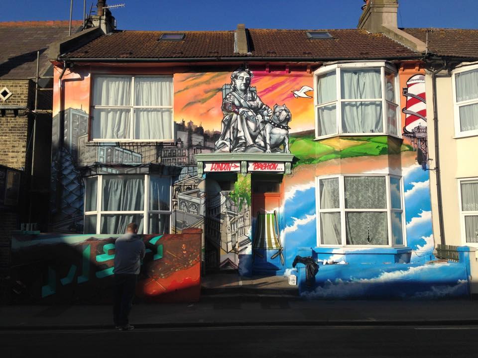 Une fresque réalisée à la bombe sur toute la façade d'une maison de Brighton
