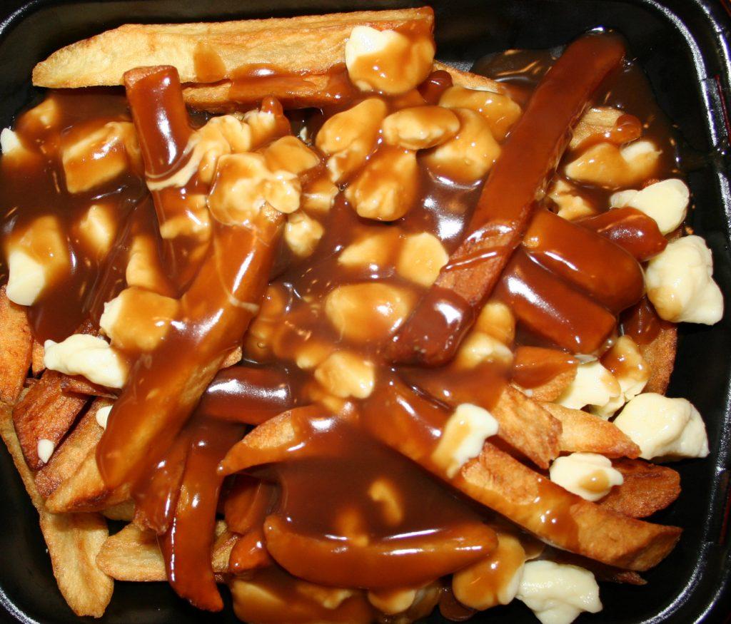 La poutine, plat traditionnel se déguste partout au Québec